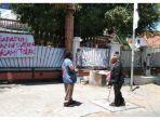 tulisan-yang-ada-di-gerbang-asrama-mahasiswa-papua-di-surabaya.jpg