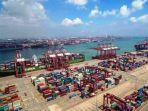 tumpukan-kontainer-terlihat-di-pelabuhan-qingdao-qingdao-provinsi-shandong-tiongkok-bagian-timur.jpg
