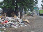 tumpukan-sampah-di-pinggir-jalan-depan-pasar-margasari-kecamatan-margasari_20180623_184124.jpg
