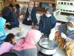 undip-sedang-mengajar-membuat-sabun-cair-dari-limbah-pelepah-pisang_20180704_093045.jpg