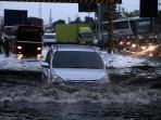 video-banjir-rob-di-kaligawe-jadi-momok-mengerikan-bagi-pengendara_20160612_142510.jpg