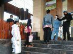 wahyu-utami-kerudung-hitam-memasuki-hotel-safin-untuk-menjalani-isolasi-selama-14-hari-ke-depan.jpg