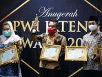 wakil-bupati-pati-saiful-arifin-tengah-menerima-penghargaan-pwi-jateng-award.jpg
