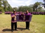 wakil-bupati-semarang-ngesti-nugraha-kanan-menggelar-kain-batik-kresna_20170208_174225.jpg