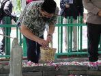 wakil-gubernur-jawa-tengah-taj-yasin-maimoen-atau-gus-yasin-saat-mengunjungi-makam.jpg
