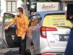 walikota-semarang-hendrar-prihadi-saat-turun-dari-taksi-online-di-hari-transportasi-umum.jpg