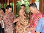 walikota-solo-rudy-bagikan-kain-batik-kepada-petugas-acara_20171105_091058.jpg