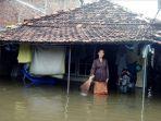 wanita-depan-rumahnya-di-sayung-yang-tergenang-banjir-parah_20180214_221136.jpg