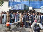 warga-afghanistan-menunggu-dalam-antrean-panjang-selama-berjam-jam.jpg