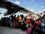 warga-antre-naik-pesawat-hercules-di-bandara-mutiara-sis-al-jufri-palu-sulawesi-tengah_20181001_114140.jpg