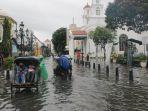 warga-asyik-bersantai-dan-berswa-foto-di-kawasan-kota-lama-semarang-yang-terendam-banjir.jpg