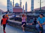 warga-asyik-ngabuburit-di-pelataran-masjid-agung-jawa-tengah_20180521_171313.jpg