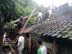 warga-bergotong-royong-mengevakuasi-pohon-tumbang-yang-menimpa-rumah.jpg