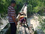 warga-bersama-anggota-koramil-09-tonjong-brebes-memperbaiki-sementara-jembatan-yang-ambles.jpg