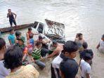 warga-dan-petugas-mengevakuadi-mobil-taft-yang-tenggelam-di-sungai-wampu-jumat-1812019.jpg
