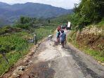 warga-desa-bantar-wanayasa-cor-jalan-yang-retak-karena-pergerakan-tanah.jpg
