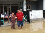 warga-desa-gunungreja-sidareja-cilacap-pergi-ke-tps-meski-terendam-banjir_20170215_164047.jpg