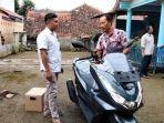 warga-desa-kawungsari-cibeureum-cahyono-baju-putih-membeli-motor-baru.jpg