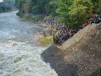 warga-di-pinggir-sungai_20181101_183434.jpg