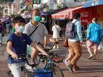 warga-hong-kong-terlihat-memakai-masker-bepergian-di-pulau-cheung-chau-saat.jpg