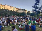 warga-italia-berkumpul-di-taman-tanpa-mengenakan-masker.jpg
