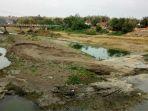 warga-manfaatkan-air-sungai-yang-keruh-jika-lama-tak-ada-hujan-kubangsari-brebes_20170917_082131.jpg