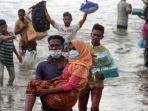 warga-melakukan-evakuasi-paksa-pengungsi-etnik-rohingya-dari-kapal-di-pesisir-pantai-lancok.jpg
