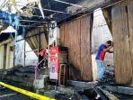warga-melihat-ruko-yang-terbakar-pada-jumat-20112020-di-jalan-wr-supratm.jpg