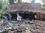 warga-membersihkan-material-rumah-milik-supriyatin-yuwono-50-d1182020.jpg