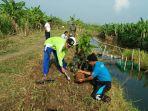 warga-menanam-bibit-pohon-di-tanggul-layur-sayung-kabupaten-demak_20170424_183334.jpg