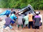 warga-mengevakuasi-mobil-pick-up-terseret-arus-sungai-kedung-jowo-di-semanding-tuban.jpg