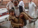 warga-menggotong-seorang-remaja-yang-terluka-akibat-ledakan-di-sebuah-masjid-di-distrik-haska-mina.jpg
