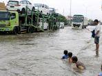 warga-mengkritik-kondisi-banjir-dengan-cara-memancing-di-jalan-raya-kaligawe-semarang-demak.jpg