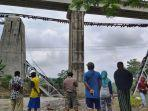 warga-menyaksikan-jembatan-kereta-api-putus-dsa-1212021.jpg