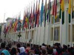 warga-menyaksikan-prosesi-pengibaran-bendera-negara-peserta-konferensi-asia-afrika.jpg
