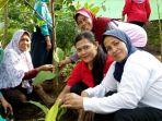 warga-mintojiwo-bergotongroyong-menanam-tanaman-herbal-di-taman-toga_20180211_110324.jpg