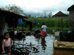 warga-ngepreh-sayung-selesai-mencuci-baju-dengan-air-yang-merendam-rumahnya_20170117_160352.jpg