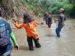 warga-relawan-dan-anggota-bpbd-kota-semarang-membersihkan-das-beringin.jpg