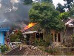 warga-saat-berupaya-memadamkan-kobaran-api-yang-membakar-rumah-warga-ngadino-kamis-3102019.jpg