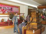 warga-saat-kunjungi-museum-ronggowarsito-di-hut-yang-ke-29-kamis-572018_20180705_220041.jpg