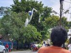 warga-sedang-menyaksikan-evakuasi-parasut-paramotor-yang-tersangkut-di-pohon.jpg