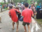 warga-sekitar-membantu-upaya-evakuasi-terhadap-korban-kecelakaan.jpg