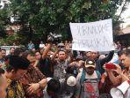 wartawan-demo-di-pendopo-kabupaten-banyumas_20171010_150431.jpg