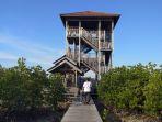 wisatawan-tengah-menuju-menara-gardu-pandang-di-kawasan-tracking-mangrove-karimunjawa_20180912_154643.jpg