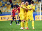 yevhen-makarenko-dan-eduard-sobol-kanan-merayakan-gol-pada-laga-uefa-nations-league.jpg