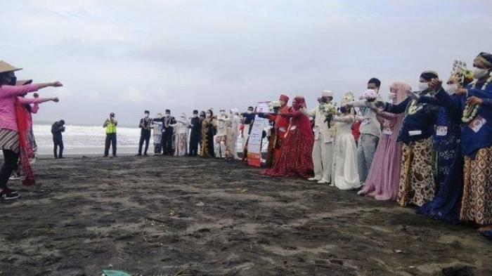 Konsep Pernikahan Unik 'Nikah Bareng Merah Putih', 11 Pasang Pengantin Main TikTok di Tepi Pantai