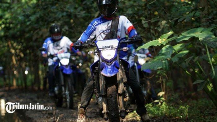 Usia Tak Jadi Kendala, 13 Kades Taklukan Alas Mbahgor yang Habis Diguyur Hujan dengan Yamaha WR 155