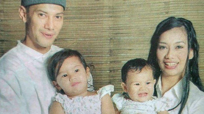 Adjie Massaid dan Reza Artamevia bersama kedua putri mereka, Aaliyah Massaid dan Zahwa Massaid.