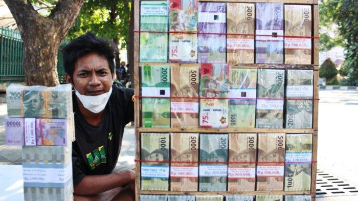 Breaking News - Jasa Penukaran Uang Baru Dadakan Mulai Bermunculan di Kota Pahlawan