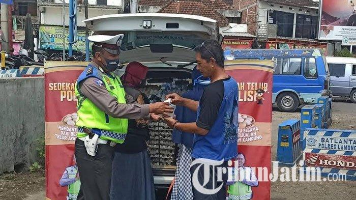 Prihatin Lihat Nasib 2 Anak Yatim dan Janda, Polisi Lamongan Nyambi Jualan Telur di Pinggir Jalan